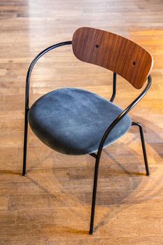 Стул &Tradition Pavilion Chair AV4 Walnut/black fitting, armrest velvet 10 twilight